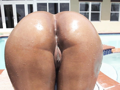 Bootylicious black girl Aaliyah Grey exposes her awesome butt