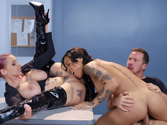 Officer Anna Bell Peaks gets her pussy licked by Honey Gold while Honey rides Jessy Jones